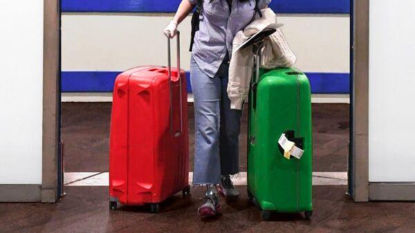 Пассажирка с чемоданами в аэропорту - Sputnik Узбекистан