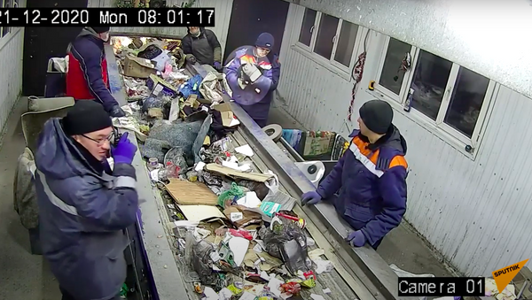 Сортировщики мусора спасли кота за секунды до неминуемой гибели - Sputnik Ўзбекистон