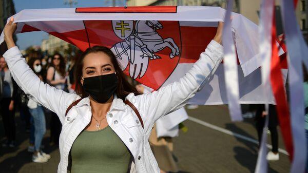 Участница несанкционированного женского марша Подруга за подругу в Минске, Белоруссия - Sputnik Ўзбекистон