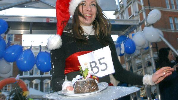 Девушка пересекает финишную черту гонки Рождественский пудинг на площади Ковент-Гарден в центре Лондона - Sputnik Ўзбекистон