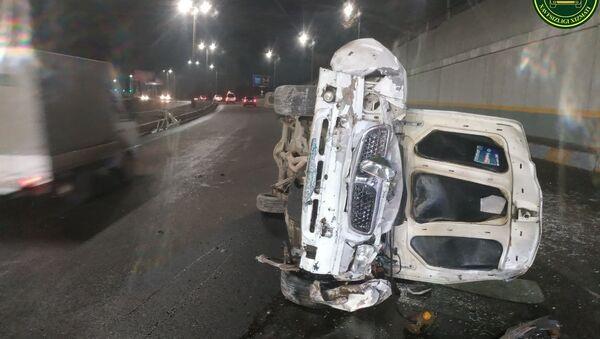 В Ташкента автомобиль упал с путепровода  - Sputnik Ўзбекистон