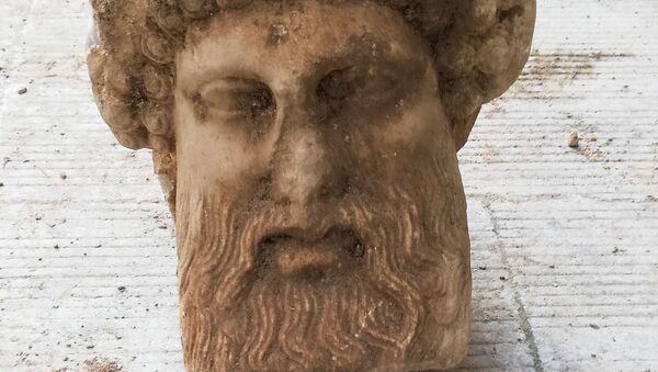 Голова греческого бога Гермеса, обнаруженная в Афинах  - Sputnik Ўзбекистон
