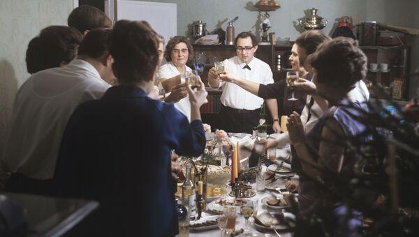 За праздничным новогодним столом, 1971 год - Sputnik Ўзбекистон