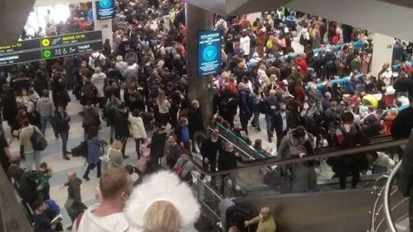 В аэропортах Москвы из-за непогоды задержаны и отменены 149 рейсов. Ледяной дождь в Москве - Sputnik Узбекистан