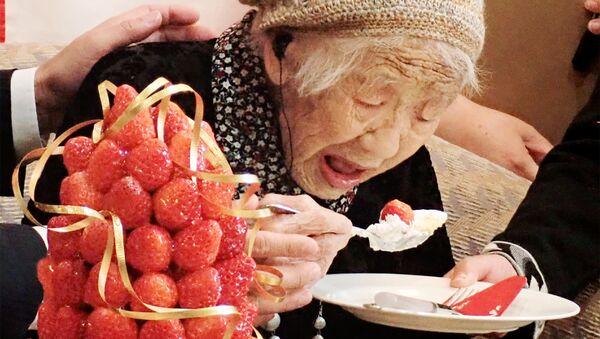 Кане Танака, 116-летняя японка, празднует официальное признание старейшим из ныне живущих людей в Книге рекордов Гиннеса в Фукуоке 9 марта 2019 г. - Sputnik Узбекистан