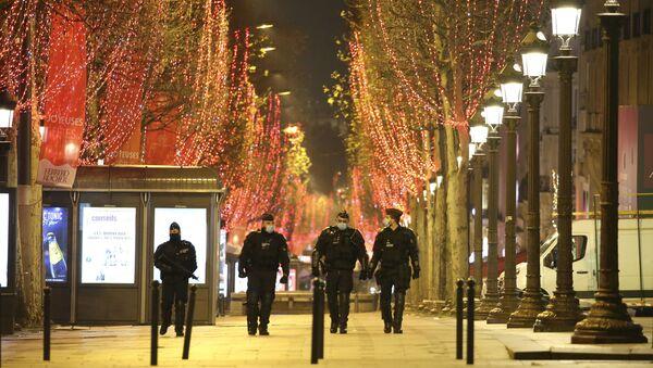 Полицейские на улицах Парижа во время празднования Нового года - Sputnik Узбекистан