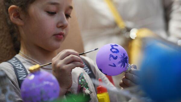 Девочка участвует в мастер-классе по декорированию стеклянного шара в салоне-галерее елочных игрушек в павильоне №519 на ВДНХ. - Sputnik Узбекистан