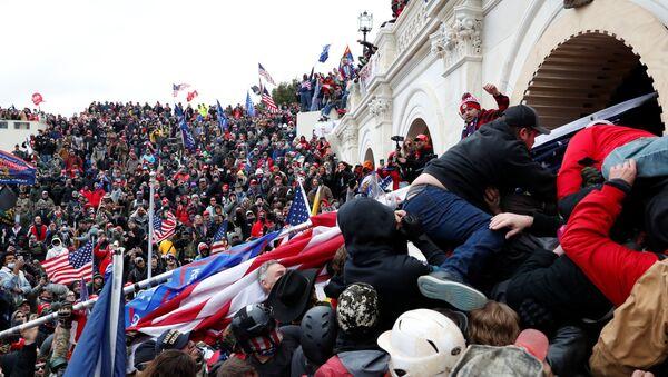 Uchastniki aktsii protesta storonnikov deystvuyuщego prezidenta SSHA Donalda Trampa u zdaniya kongressa v Vashingtone - Sputnik Oʻzbekiston