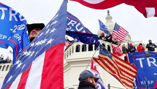 Участники акции протеста сторонников действующего президента США Дональда Трампа у здания конгресса в Вашингтоне  - Sputnik Узбекистан