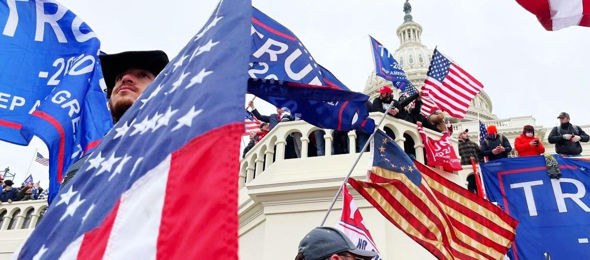 Участники акции протеста сторонников действующего президента США Дональда Трампа у здания конгресса в Вашингтоне  - Sputnik Узбекистан, 1920, 08.01.2021