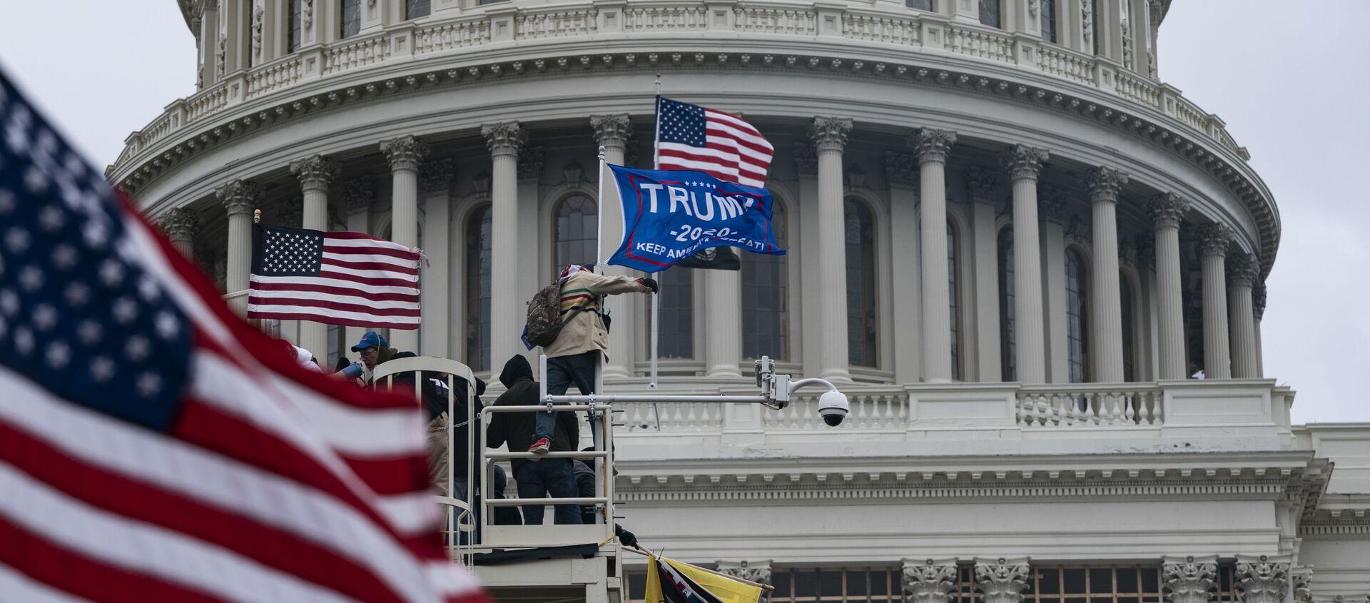 Сторонники Дональда Трампа у Капитолия - Sputnik Узбекистан, 1920, 09.01.2021