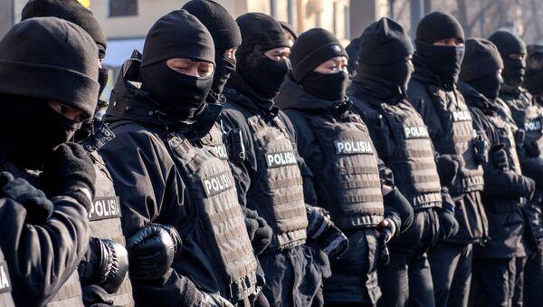 Сотрудники полиции препятствуют проведению акции протеста в центре Алма-Аты в день парламентских выборов в Казахстане. Участники протестов призывают бойкотировать голосование - Sputnik Узбекистан