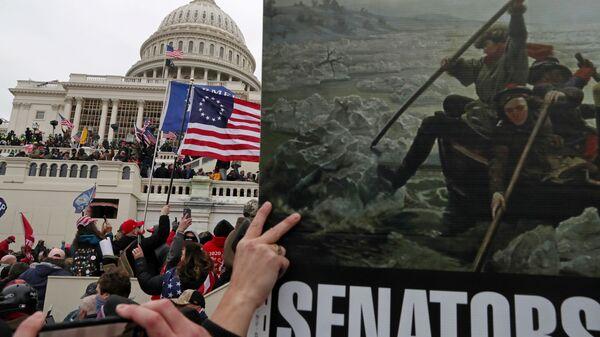 Плакат с картиной Вашингтонский переход через Делавэр в руках сторонников президента США Дональда Трампа во время штурма здания Капитолия США в Вашингтоне - Sputnik Узбекистан