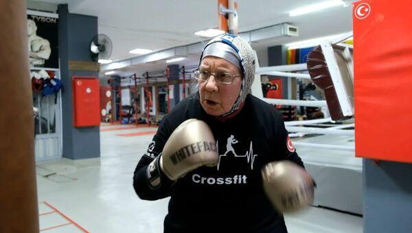 74-летняя бабушка борется с болезнью Паркинсона на боксерском ринге - Sputnik Узбекистан