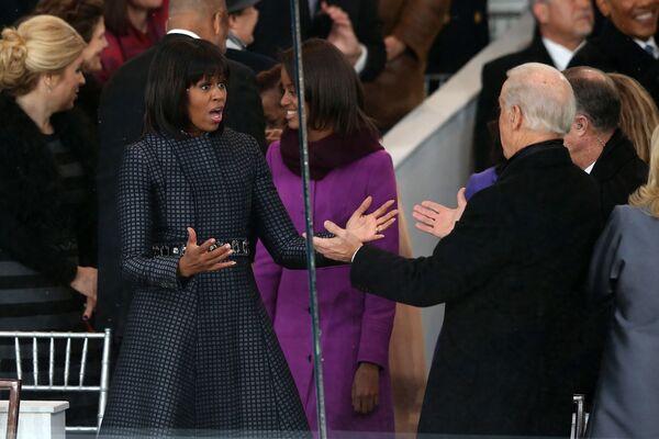 Собиқ АҚШнинг биринчи хоними Мишель Обама инаугурация маросими шарафига уюштирилган парадда вице-президент Жо Байден билан кўришмоқда - Sputnik Ўзбекистон