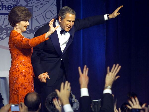 АҚШ президенти кичик Жорж Буш рафиқаси Лора билан Вашингтонда Marriott Wardman инаугурация балида. - Sputnik Ўзбекистон