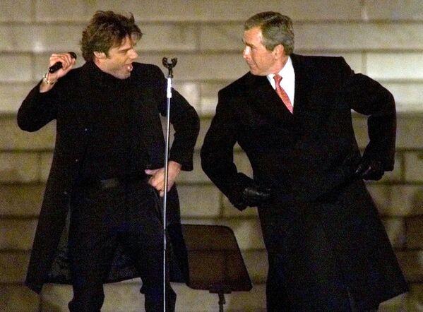 Сайланган АҚш президенти кичик Жорж Буш инаугурация маросимида қўшиқчи Рики Мартин билан рақсга тушмоқда, 2001 йил. - Sputnik Ўзбекистон