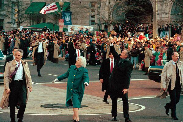Катта Жорж Буш ва биринчи хоним Барбара Буш Вашингтонда одамларни билан сўрашмоқда - Sputnik Ўзбекистон
