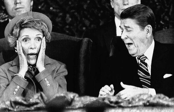 АҚШ президенти Рональд Рейган рафиқаси Нэнси билан Ландовередаги Capital Centerда, 1985 йил - Sputnik Ўзбекистон