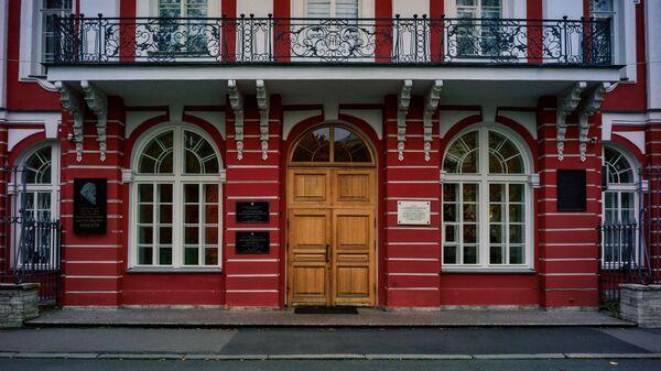 Glavnoye zdaniye Sankt-Peterburgskogo Gosudarstvennogo universiteta na Vasilyevskom ostrove v Sankt-Peterburge - Sputnik Oʻzbekiston