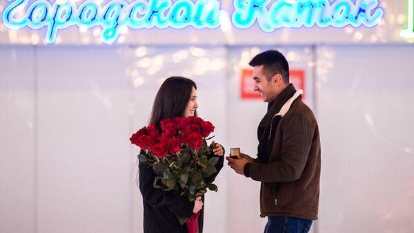 Романтичный Ташкент: парень сделал предложение девушке на городском катке - фото - Sputnik Узбекистан