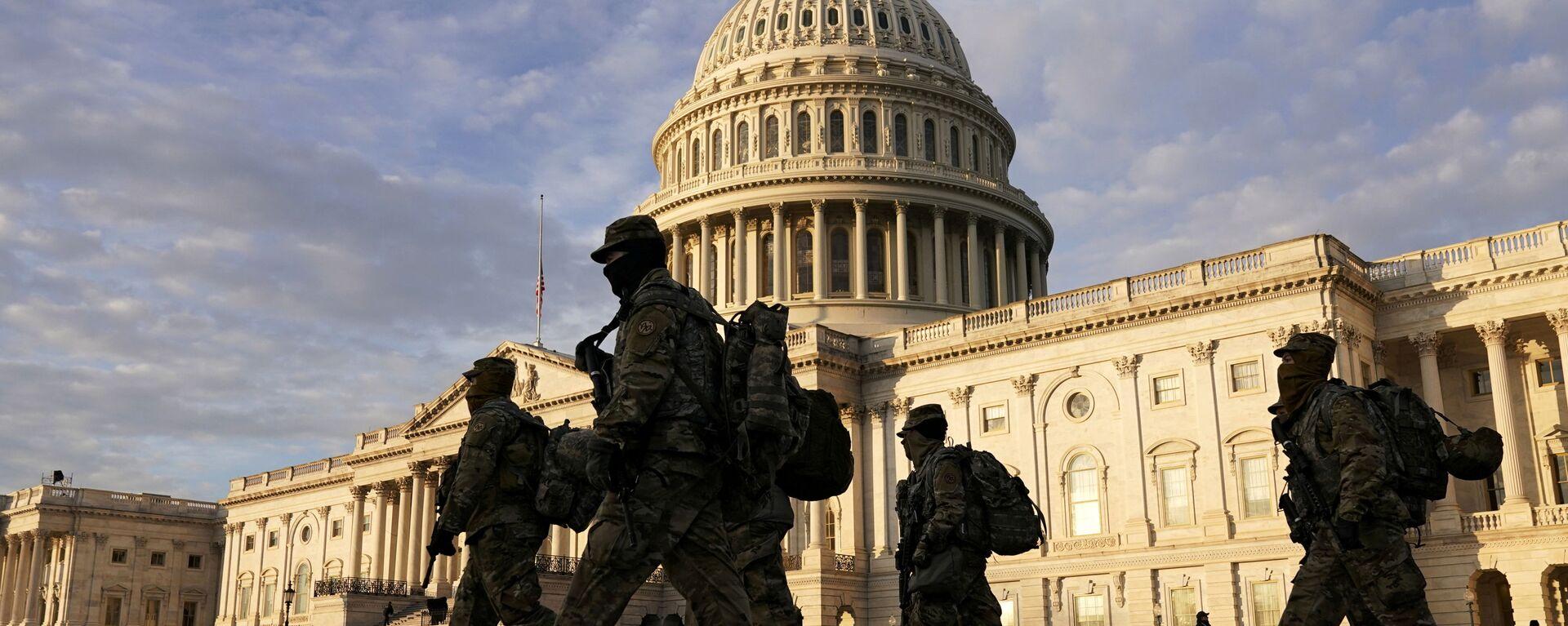 Военнослужащие Национальной гвардии США у здания Капитолия в Вашингтоне - Sputnik Узбекистан, 1920, 15.01.2021