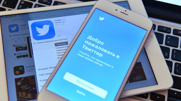Страница социальной сети Twitter на экранах смартфона и планшета - Sputnik Узбекистан