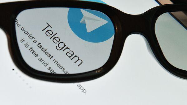 Логотип мессенджера Telegram на экране планшета. - Sputnik Узбекистан