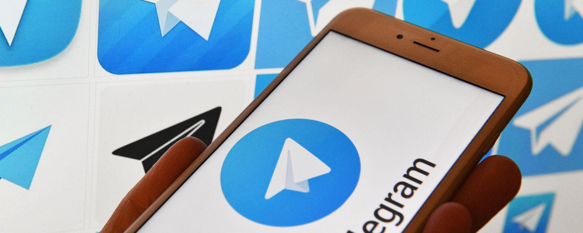 Логотип мессенджера Telegram на экранах смартфона и компьютера - Sputnik Узбекистан, 1920, 13.05.2021