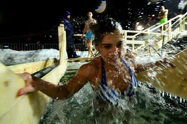 На фоне высокой заболеваемости коронавирусом в России в нескольких регионах отказались от проведения крещенских купаний. - Sputnik Узбекистан