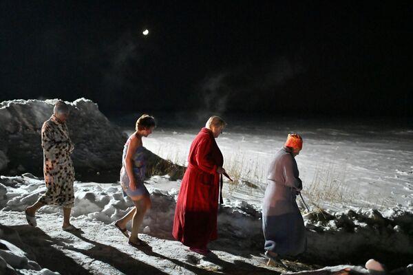 Купание в крещенской купели в Омской области.  - Sputnik Узбекистан