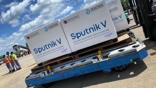Rossiyskaya vaktsina Sputnik V v aeroportu - Sputnik Oʻzbekiston