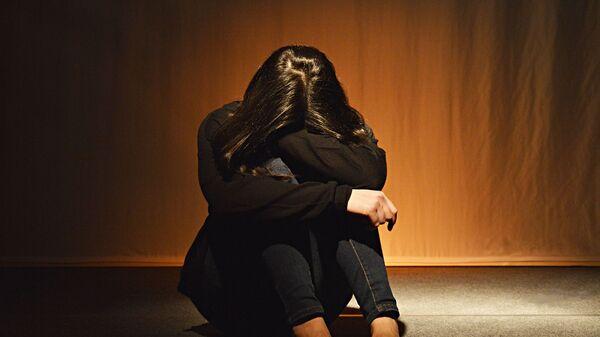 Девушка сидит закрыв лицо. Иллюстративное фото - Sputnik Ўзбекистон