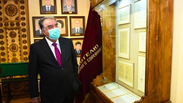 Эмомали Рахмон в музее Лидера нации - Sputnik Узбекистан