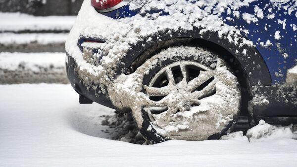 Автомобиль после снегопада - Sputnik Узбекистан
