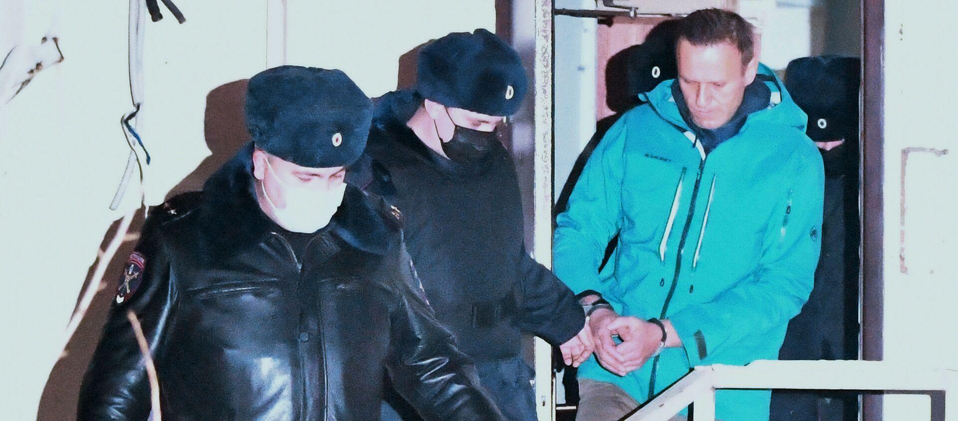 Сотрудники полиции выводят Алексея Навального из здания 2-го отдела полиции Управления МВД России по г. о. Химки - Sputnik Узбекистан, 1920, 23.01.2021