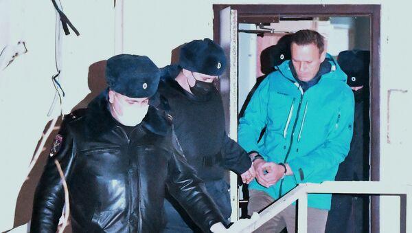 Сотрудники полиции выводят Алексея Навального из здания 2-го отдела полиции Управления МВД России по г. о. Химки - Sputnik Узбекистан