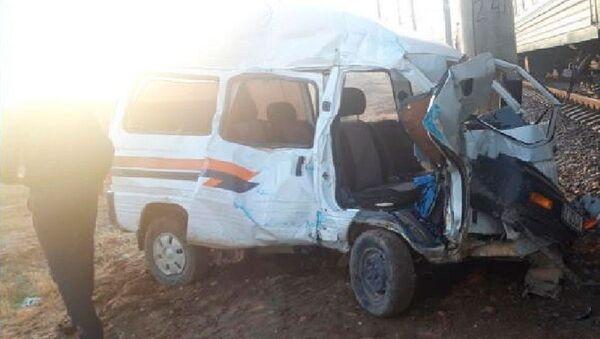 В Сурхандарье водитель «Дамаса» врезался в движущийся пассажирский поезд - Sputnik Ўзбекистон