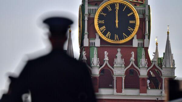 Sotrudnik politsii na Krasnoy ploщadi v Moskve - Sputnik Oʻzbekiston