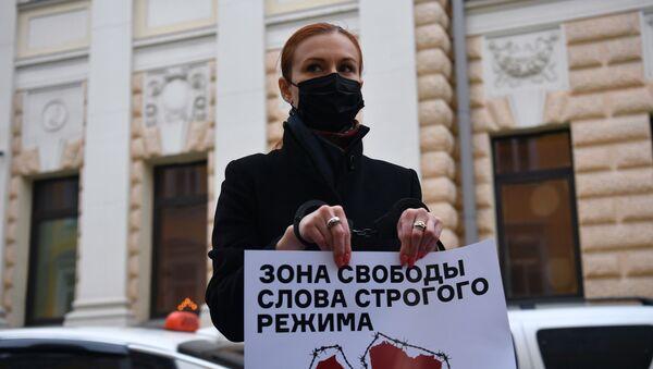 Одиночные пикеты у посольства Латвии в Москве - Sputnik Ўзбекистон