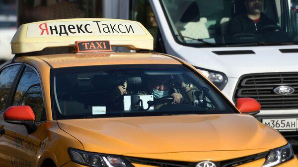 Voditel v zaщitnoy maske za rulem taksi - Sputnik Oʻzbekiston