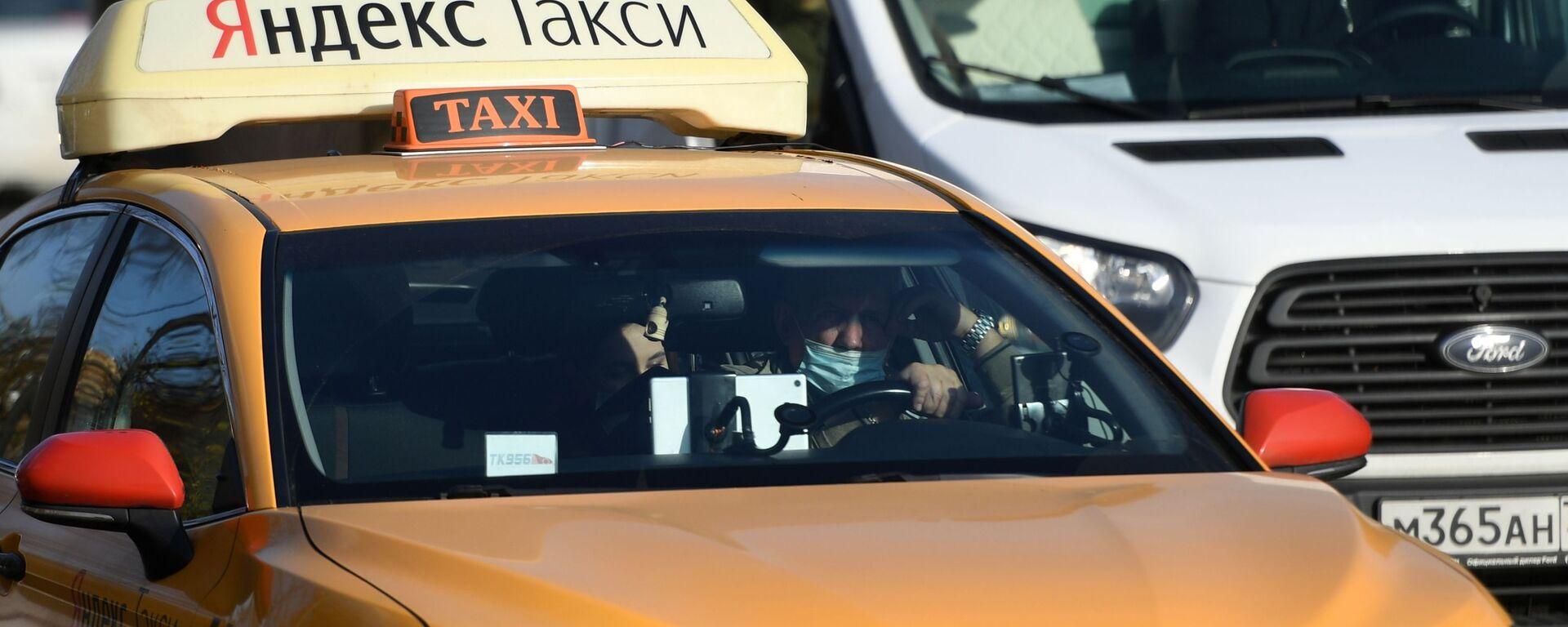 Водитель в защитной маске за рулем такси - Sputnik Узбекистан, 1920, 24.06.2021