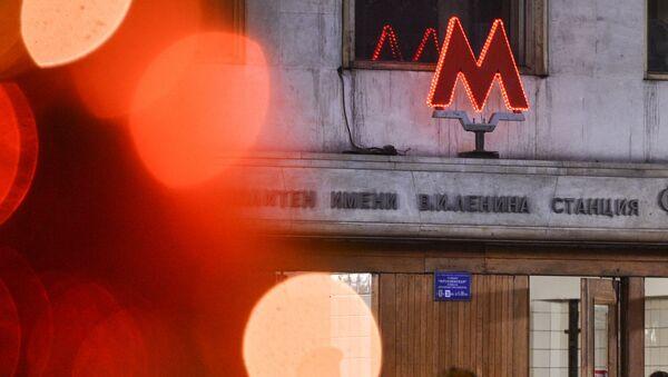 Пассажиры на выходе со станции Московского метрополитена Фрунзенская - Sputnik Узбекистан
