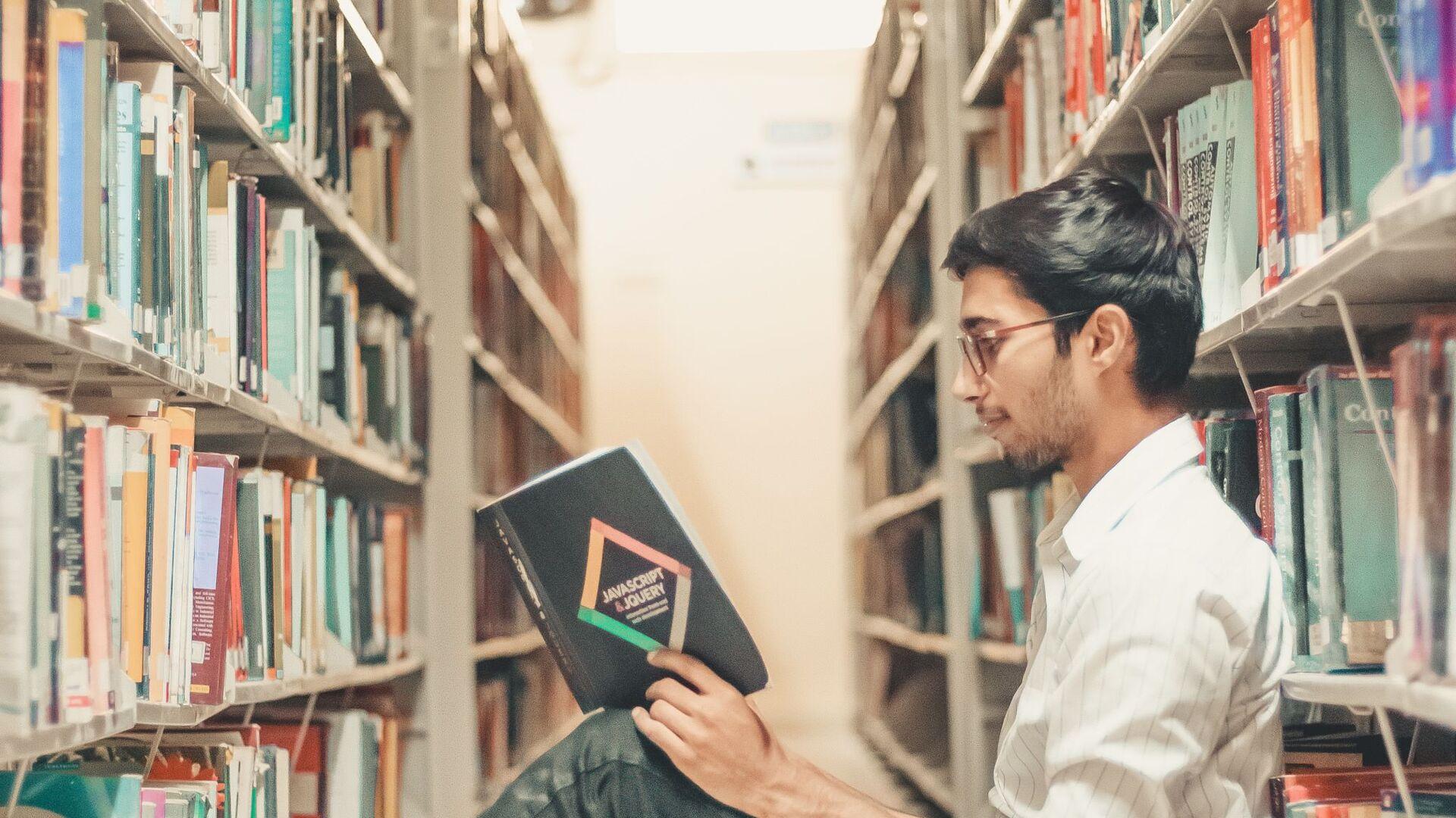 Студент за чтением книги - Sputnik Узбекистан, 1920, 13.09.2021