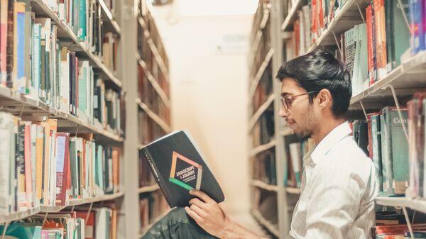 Студент за чтением книги - Sputnik Ўзбекистон