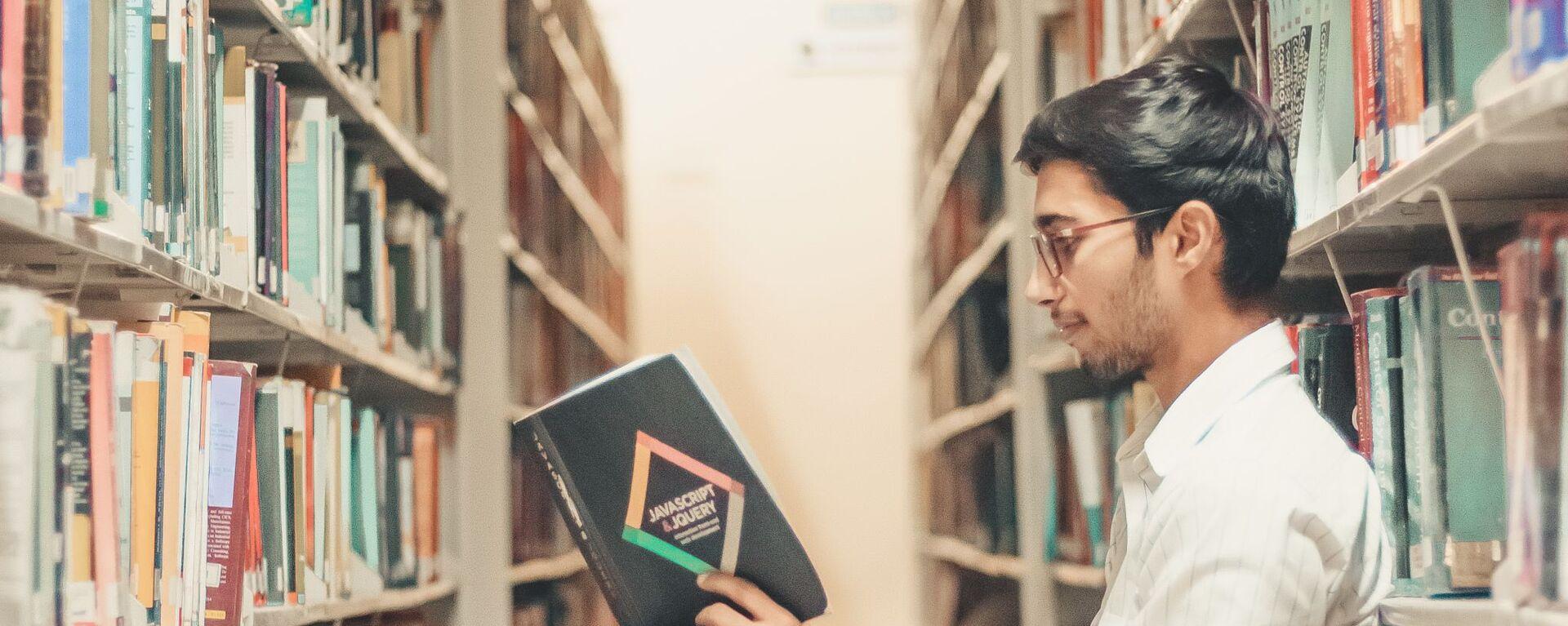 Студент за чтением книги - Sputnik Узбекистан, 1920, 28.01.2021