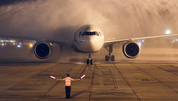 Самолет с двумя миллионами доз вакцины AstraZeneca / Oxford из Индии приземляется в Рио-де-Жанейро, Бразилия - Sputnik Ўзбекистон