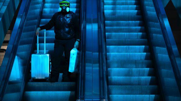 Путешественник в защитной маске на вокзале Пекина, Китай - Sputnik Узбекистан