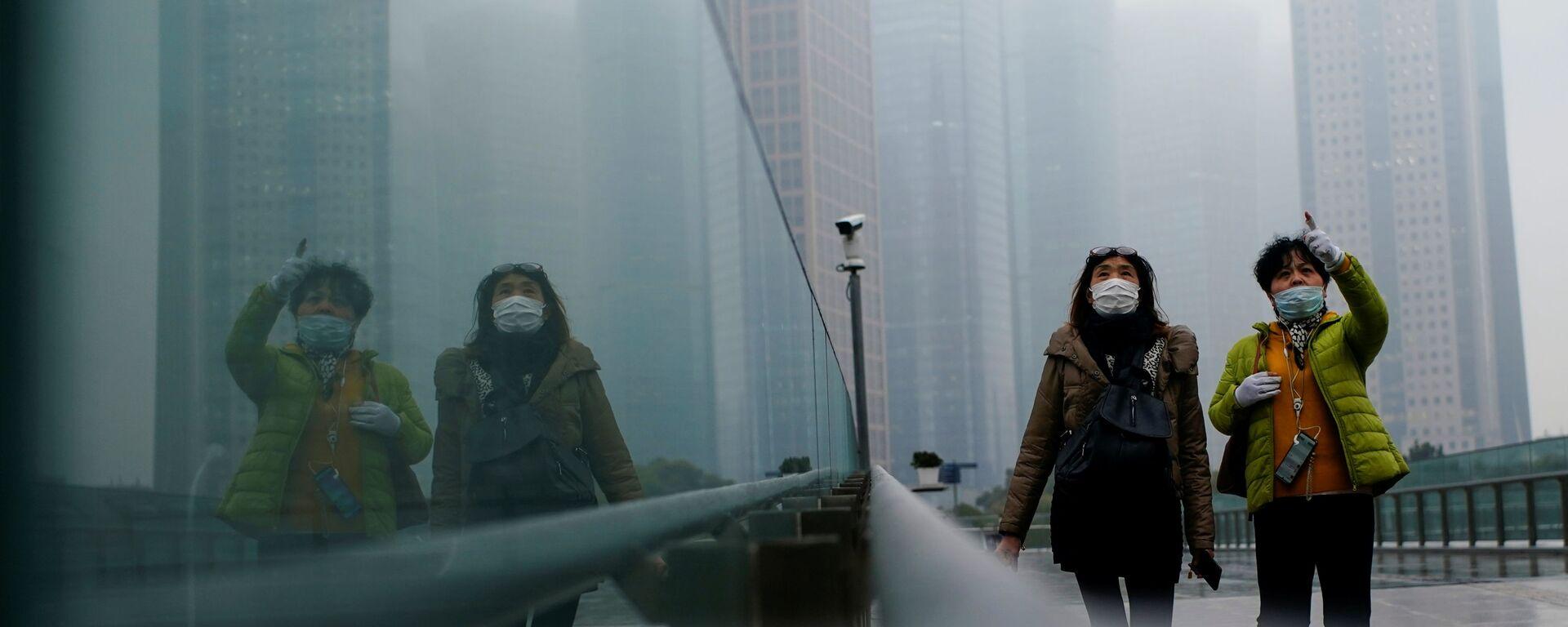 Люди в масках гуляют по Шанхаю, Китай - Sputnik Узбекистан, 1920, 12.09.2021