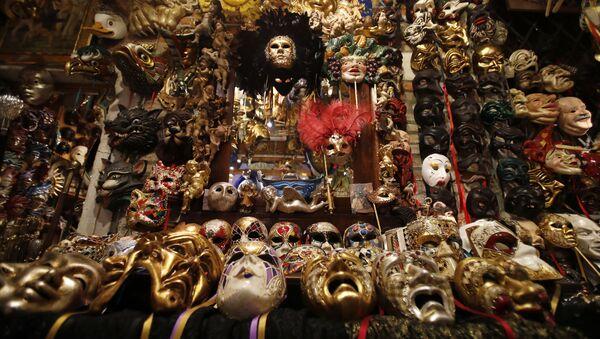 Карнавальные маски в мастерской художника в Венеции  - Sputnik Ўзбекистон